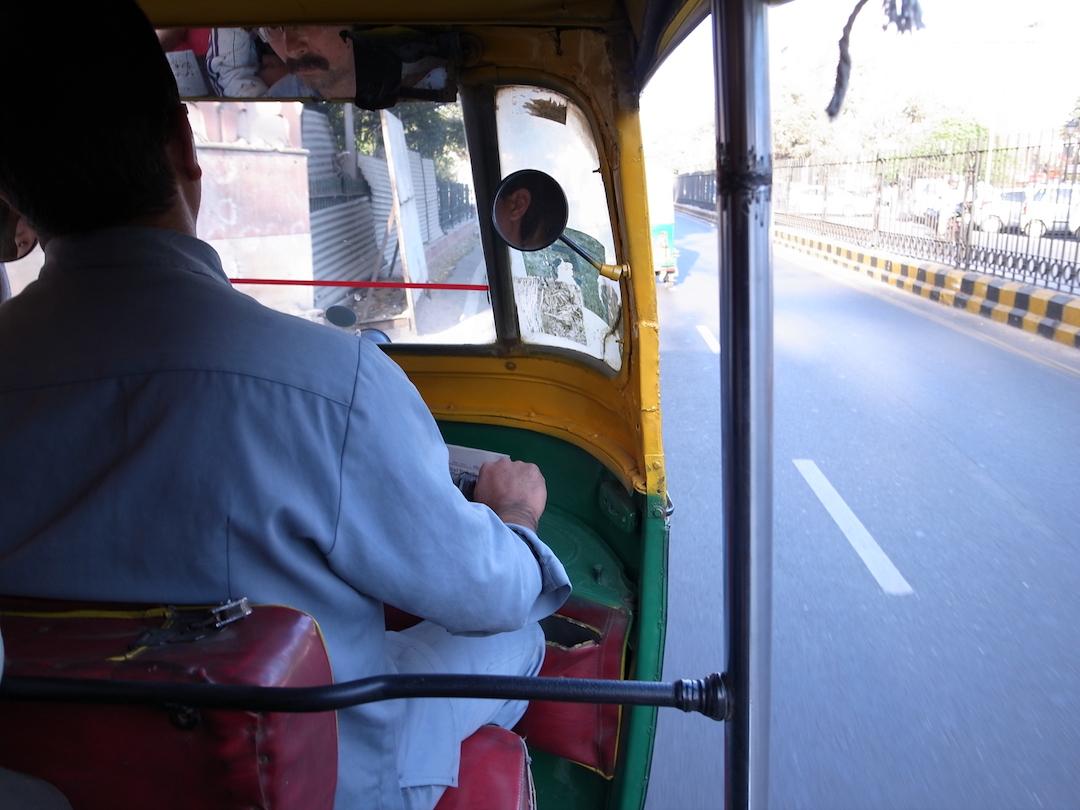 三輪タクシー「リクシャー」