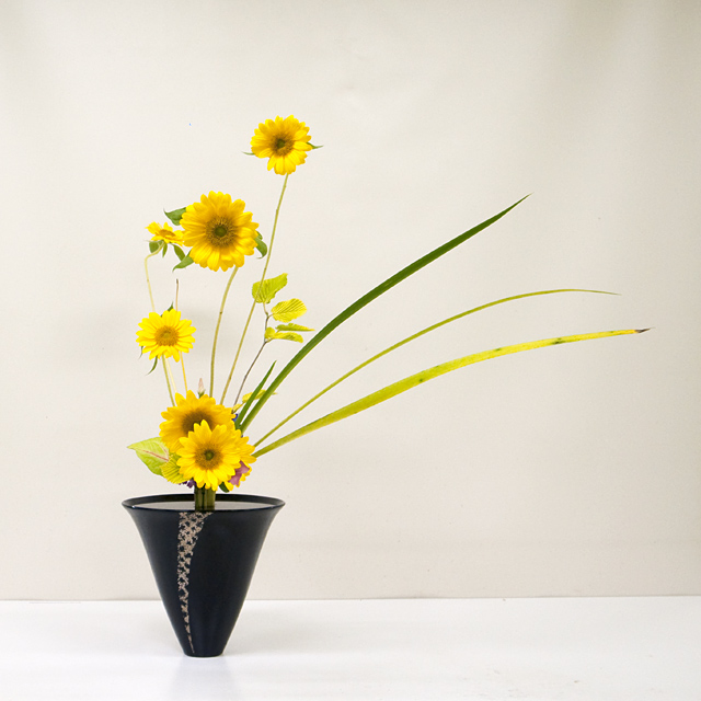 立花新風体 向日葵、水木、オクロレウカ、トルコ桔梗、浜撫子、カラジウム、燕子花