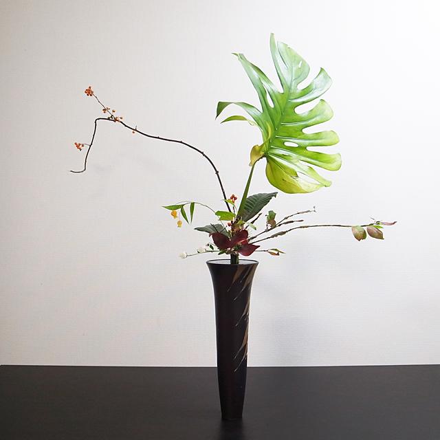 立花正風体 モンステラ、錦木、つるうめもどき、サンダーソニア、小菊、琵琶、若松