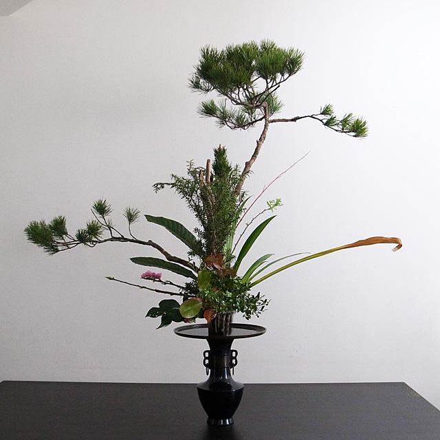 古典立花 松、著莪、桃、枇杷、赤柳、小手毬、寿松、栂、柘植、紅かなめ、椿、若松