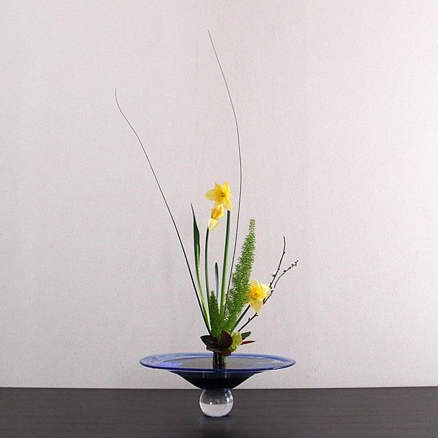 立花新風体 ラッパ水仙、メリー、スチールグラス、梅、繻子蘭、菜の花、アナナス、枇杷