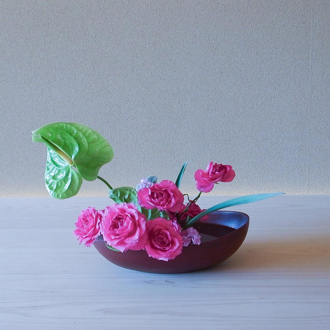 自由花 バラ、アンスリウム、水仙、スターチス、ヘリクサム