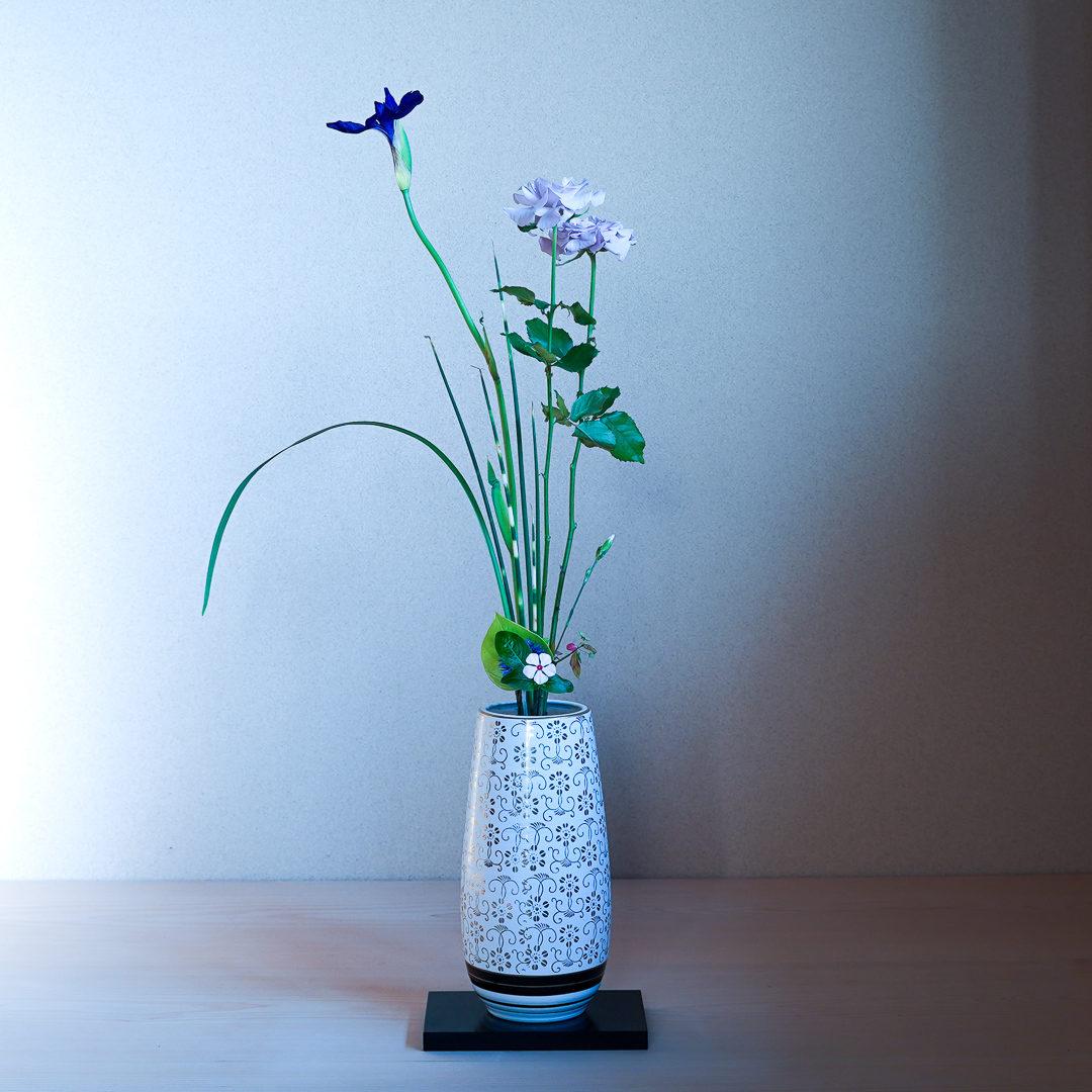 立て花 ばら、燕子花、縞ふとい、ミスカンサス、日々草、撫子、錦木、ライムポトス