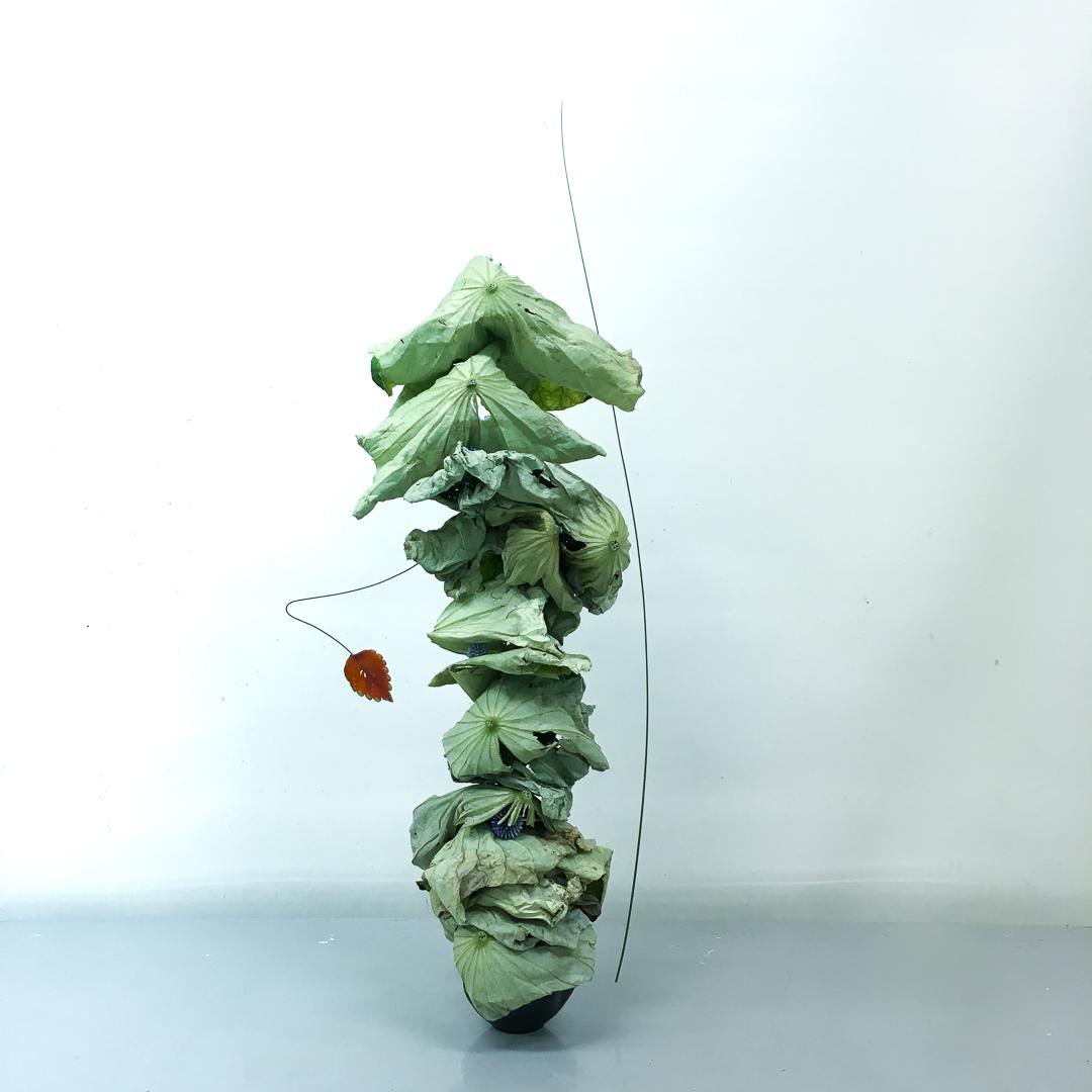 自由花 蓮、スチールグラス、瑠璃玉あざみ、紅葉した落ち葉