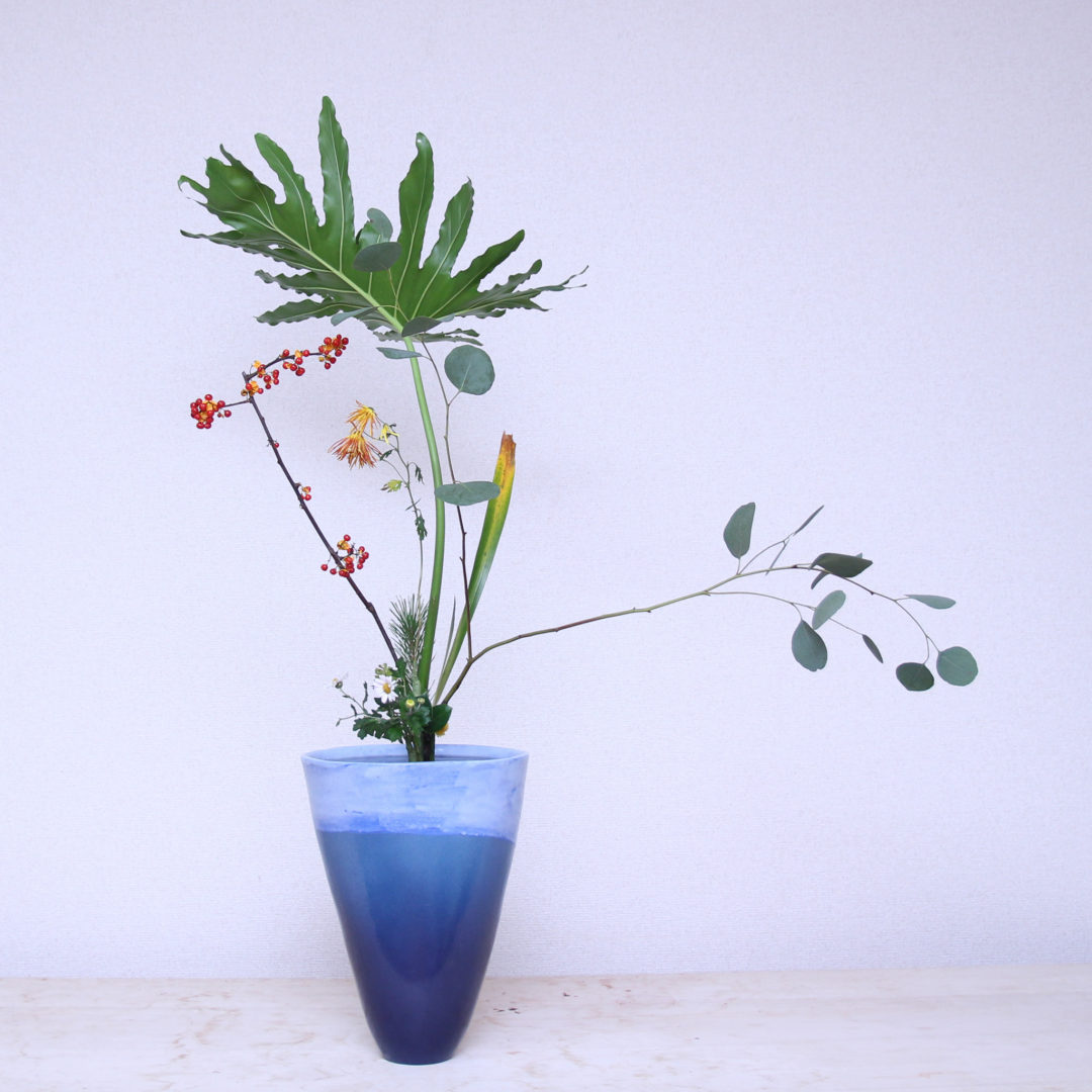 立花新風体 セローム、つるうめもどき、ユーカリ、著莪、嵯峨菊、若松、小菊、椿、玉しだ